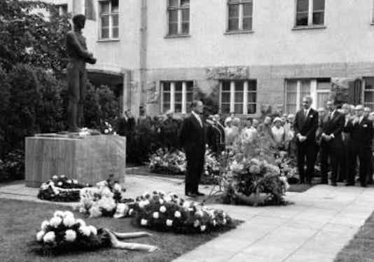 Gedenkfeier, Ehrenhof der Gedenk- und Bildungsstätte Stauffenbergstraße, Berlin, 20.07.1971