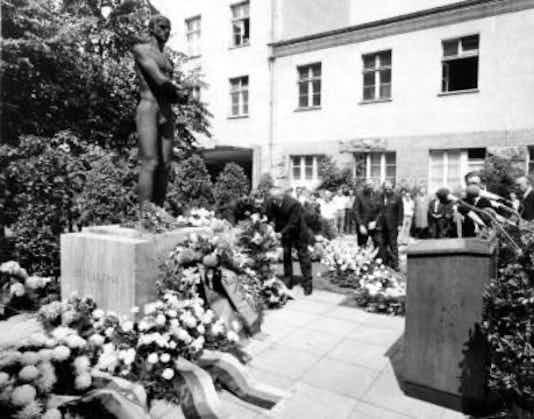 Gedenkfeier, Ehrenhof der Gedenk- und Bildungsstätte Stauffenbergstraße, Berlin, 20.07.1972