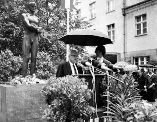 Gedenkfeier, Ehrenhof der Gedenk- und Bildungsstätte Stauffenbergstraße, Berlin, 20.07.1974