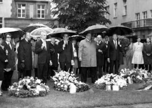 Gedenkfeier, Ehrenhof der Gedenk- und Bildungsstätte Stauffenbergstraße, Berlin, 20.07.1975