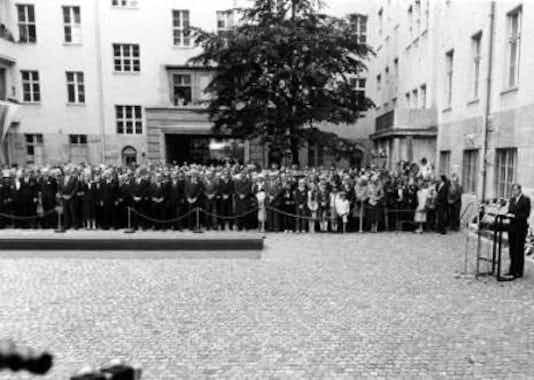 Gedenkfeier, Ehrenhof der Gedenkstätte Deutscher Widerstand in der Stauffenbergstraße, Berlin, 20.07.1984