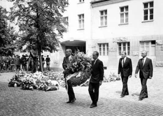 Gedenkfeier, Ehrenhof der Gedenkstätte Deutscher Widerstand in der Stauffenbergstraße, Berlin, 20.07.1985