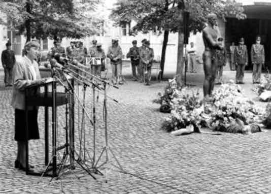Gedenkfeier, Ehrenhof der Gedenkstätte Deutscher Widerstand in der Stauffenbergstraße, Berlin, 20.07.1988