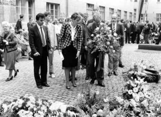 Gedenkfeier, Ehrenhof der Gedenkstätte Deutscher Widerstand in der Stauffenbergstraße, Berlin, 20.07.1990