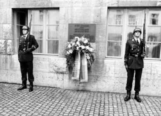 Gedenkfeier, Ehrenhof der Gedenkstätte Deutscher Widerstand in der Stauffenbergstraße, Berlin, 20.07.1993