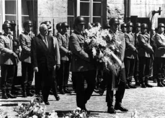 Gedenkfeier, Ehrenhof der Gedenkstätte Deutscher Widerstand in der Stauffenbergstraße, Berlin, 20.07.1994