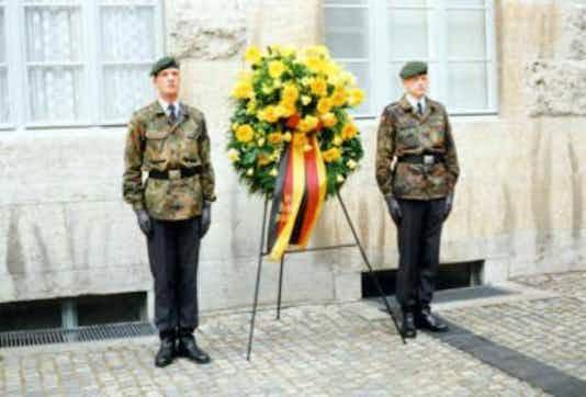 Gedenkfeier, Ehrenhof der Gedenkstätte Deutscher Widerstand in der Stauffenbergstraße, Berlin, 20.07.1999