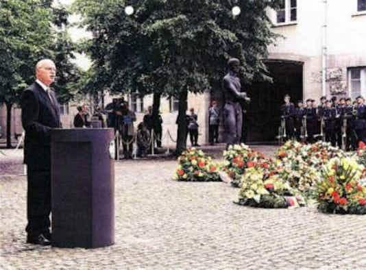 Gedenkfeier, Ehrenhof der Gedenkstätte Deutscher Widerstand in der Stauffenbergstraße, Berlin, 20.07.2002
