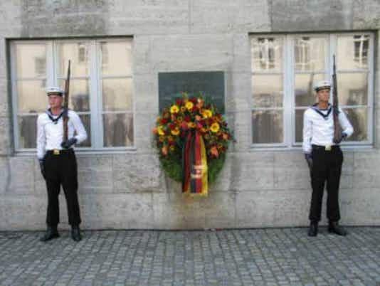 Gedenkfeier, Ehrenhof der Gedenkstätte Deutscher Widerstand in der Stauffenbergstraße, Berlin, 20.07.2006