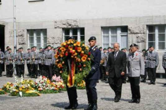 Gedenkfeier, Ehrenhof der Gedenkstätte Deutscher Widerstand in der Stauffenbergstraße, Berlin, 20.07.2007