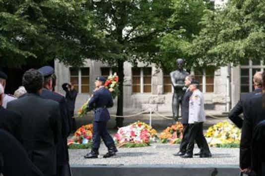 Gedenkfeier, Ehrenhof der Gedenkstätte Deutscher Widerstand in der Stauffenbergstraße, Berlin, 20.07.2009