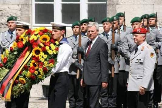 Gedenkfeier, Ehrenhof der Gedenkstätte Deutscher Widerstand in der Stauffenbergstraße, Berlin, 20.07.2010