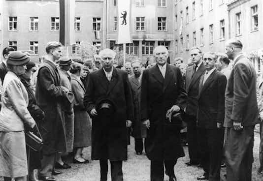 Theodor Heuss und Konrad Adenauer im Hof des Bendlerblocks, 1954