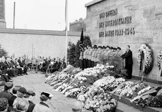 Willy Brandt in der Gedenkstätte Plötzensee, 1955
