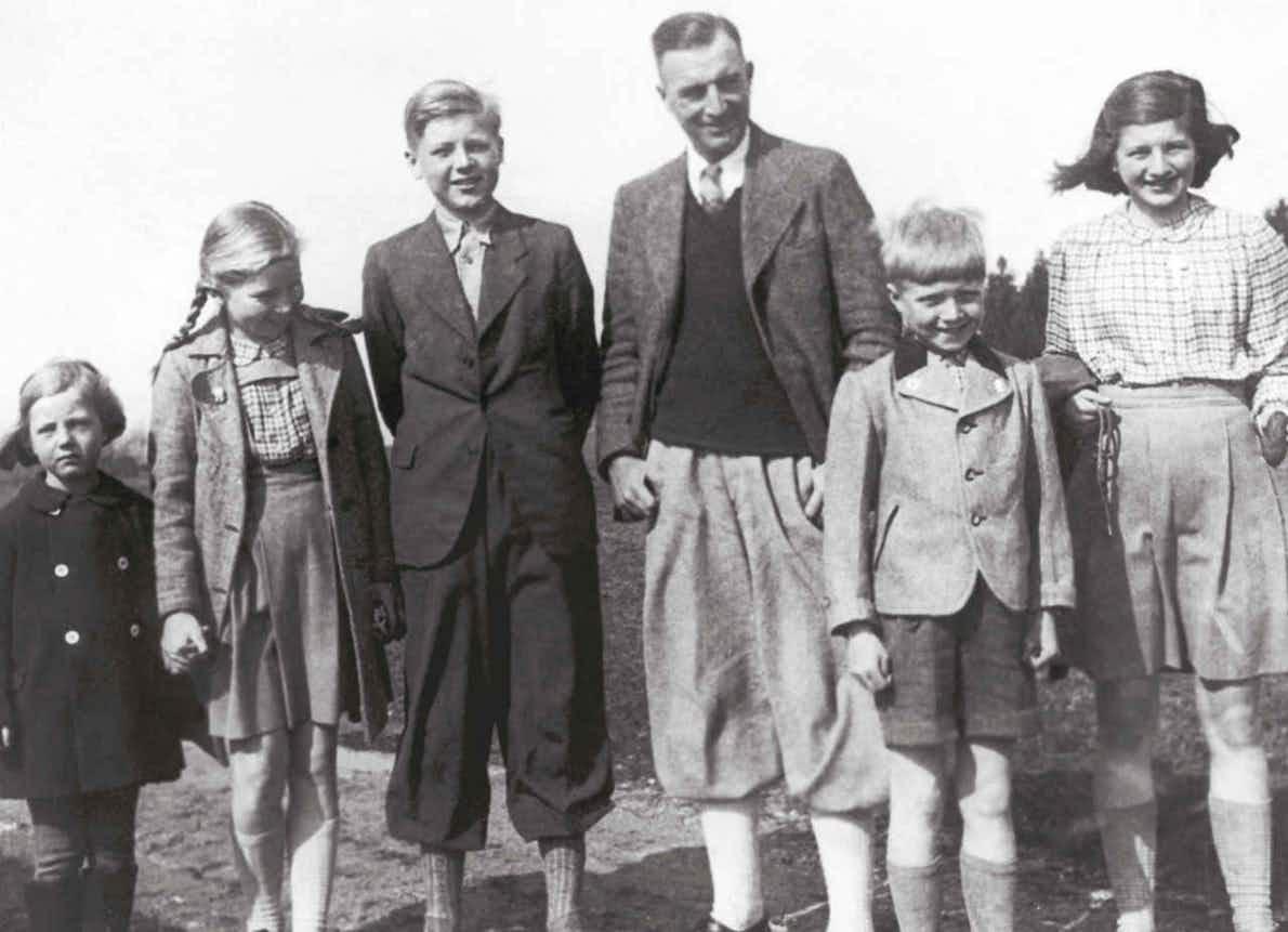 Cäsar von Hofacker mit seinen fünf Kindern, v.l.: Liselotte, Christa, Eberhard, Cäsar von Hofacker, Alfred und Anna-Luise