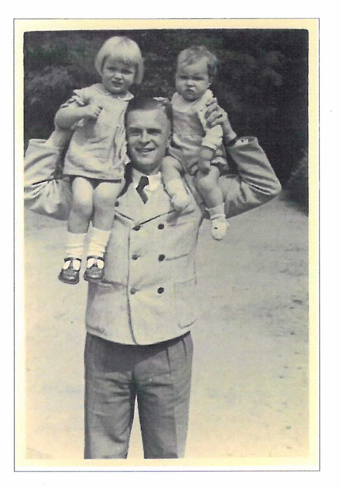 Günther Smend mit seinen Kindern Henriette und Rudolf (v.l.)