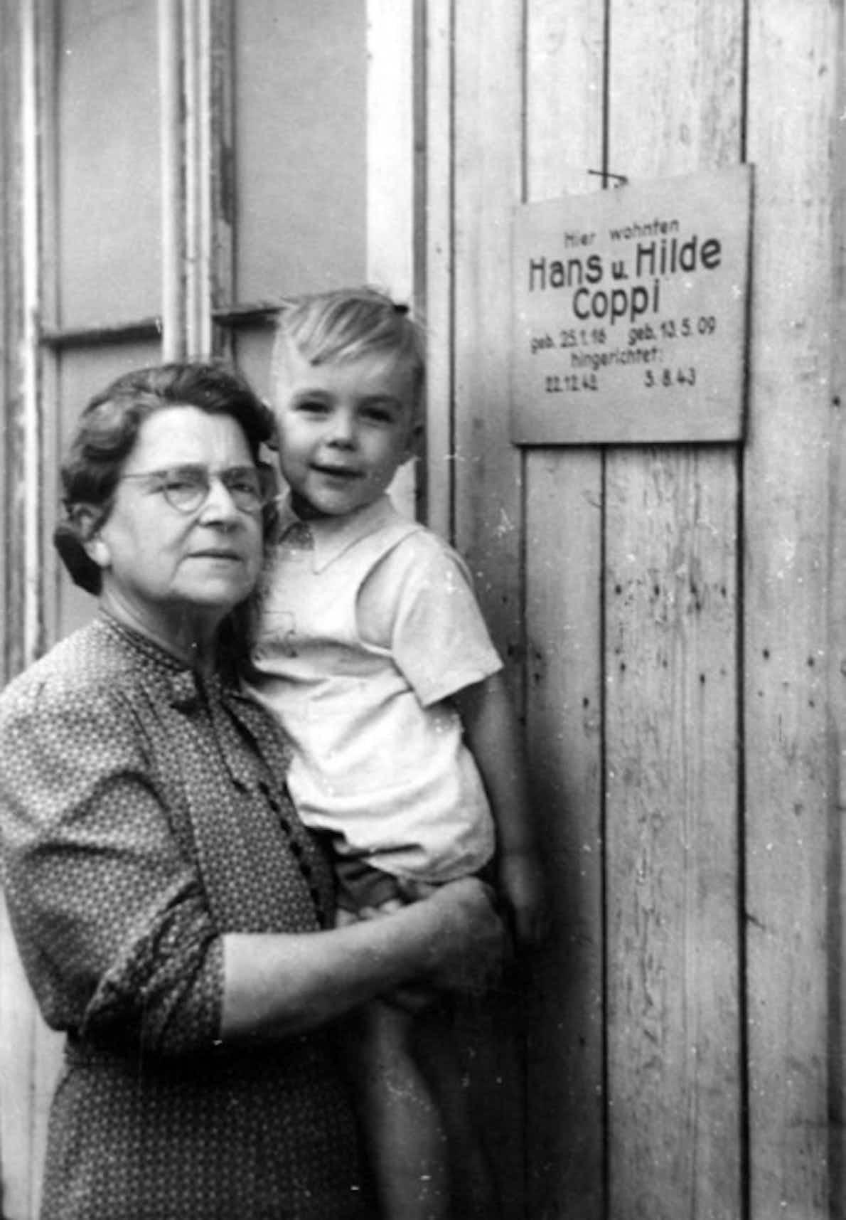 Hans Coppi mit seiner Großmutter Frieda Coppi