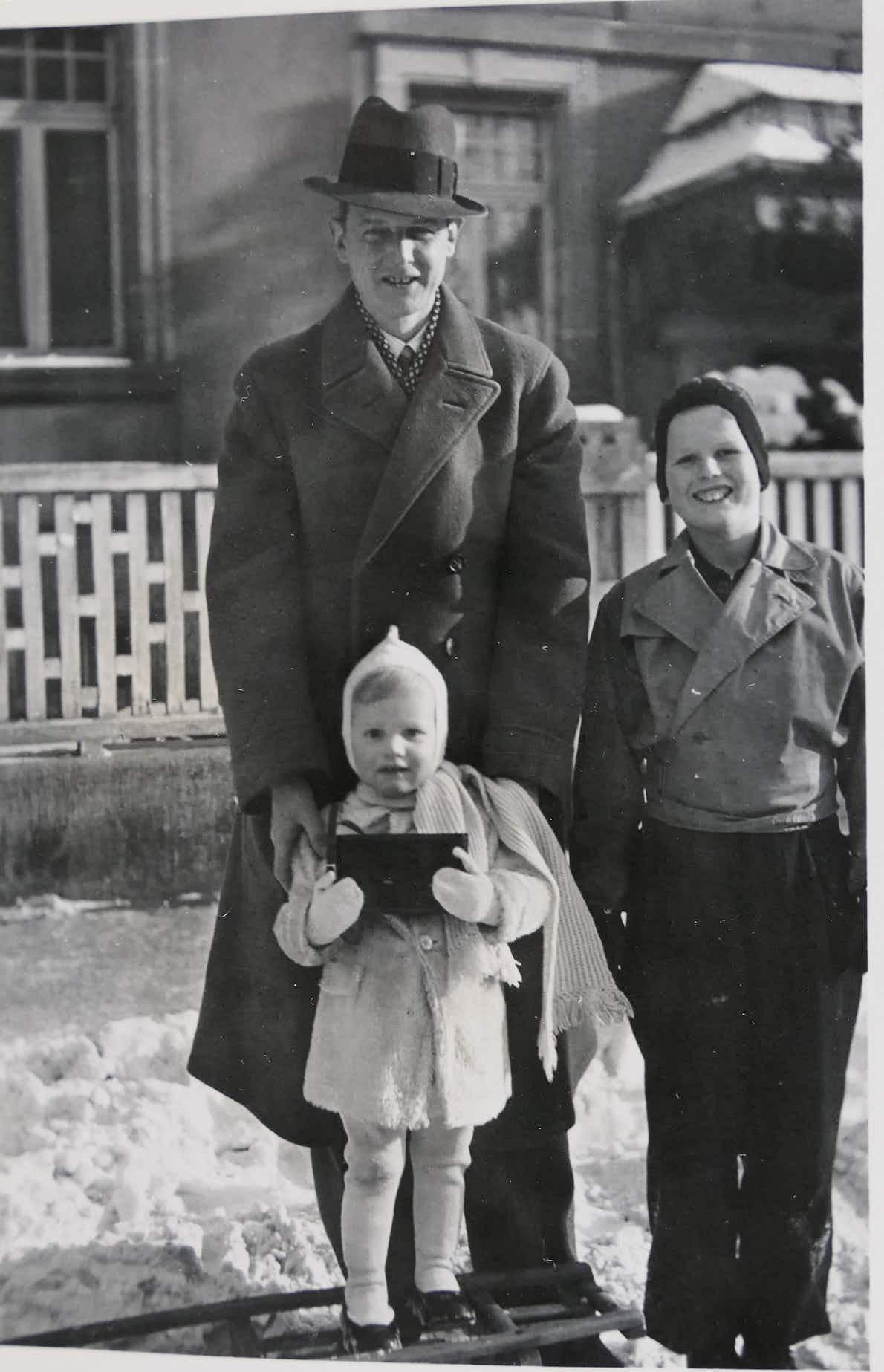 Hans-Otfried mit den Kindern N.N. und Hans-Harald (v.l.)
